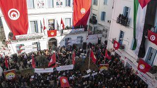 مئات الأشخاص يتظاهرون أمام مقر الإتحاد العام التونسي للشغل. 14/01/2020