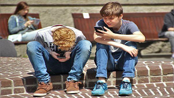 دراسة: قضاءُ وقت طويل أمام الشاشات يعرض الأطفال للإصابة باضطرابات النطق وصعوبة التعلم