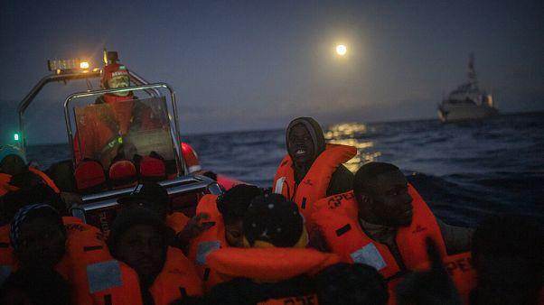 Libya'dan Akdeniz'e tahta bir botla açılan Afrikalı mültecileri kurtarmak için İspanyol Açık Kollar sivil toplum kurumunun gemisi yaklaşıyor
