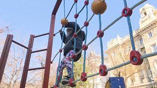 Un niño juega en un parque de Hungría