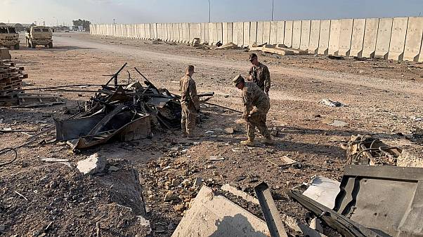 جنود أمريكيون يتفقدون موقع القصف الإيراني في قاعدة عين الأسد الجوية في الأنبار 13 يناير 2020
