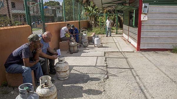 Varias personas a la espera de la apertura de la venta de Gas Licuado, en el barrio del Sevillano, in Havana, Cuba, Tuesday, January 14, 2020.  (AP Photo/Ismael Francisco)