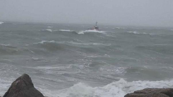 Viharzóna: méteres hullámok tépázták Bretagne partjait
