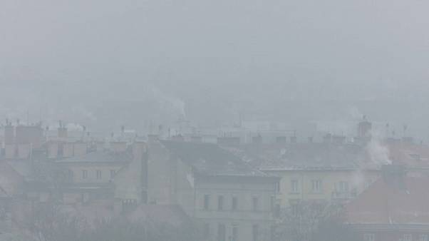 Smog über Häusern von Budapest