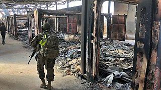 جندي أمريكي يمشي بجوار موقع قصف إيراني في قاعدة عين الأسد الجوية بالعراق 13/01/2020