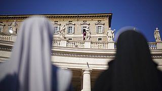 İki rahibe Vatikan'da dua eden Papa'yı izliyor