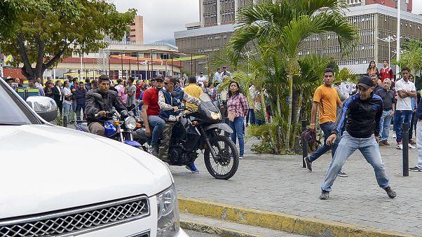 Paramilitares atacan a diputados opositores a la entrada del Parlamento en Venezuela