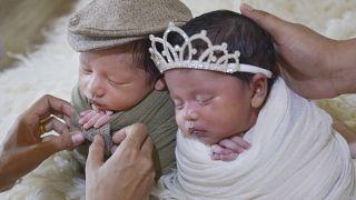 Endonezya'da ikizler fotoğraf çekimine hazırlanıyor