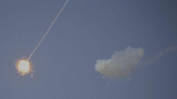 صورة أرشيفية لصاروخ إسرائيلي من نظام الدفاع الجوي للقبة الحديدية يعترض صواريخ أطلقت من غزة على سديروت، 13 نوفمبر 2019.