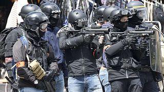 Policiers faisant usage de lanceurs de balles de défense LBD40, le 11 mai 2019 à Nantes dans l'ouest de la France.