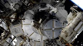 رائدتان تقومان بإصلاحات خارج محطة الفضاء الدولية