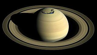 صورة لزحل مثلما التقطتها مركبة كاسيني التي أظهرت تفاصيل دقيقة للكوكب.