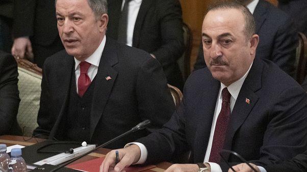 وزير الخارجية التركي مولود جاويش أوغلو إلى اليمين، ووزير الدفاع التركي خلوصي آكار خلال محادثات مع روسيا في الشأن الليبي. موسكو، روسيا، 13 يناير-كانون الثاني 2020