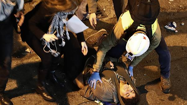 Διαδηλωτές δέχονται βοήθεια αφού χτυπήθηκαν βίαια από τις αστυνομικές δυνάμεις στην Βηρυτό.