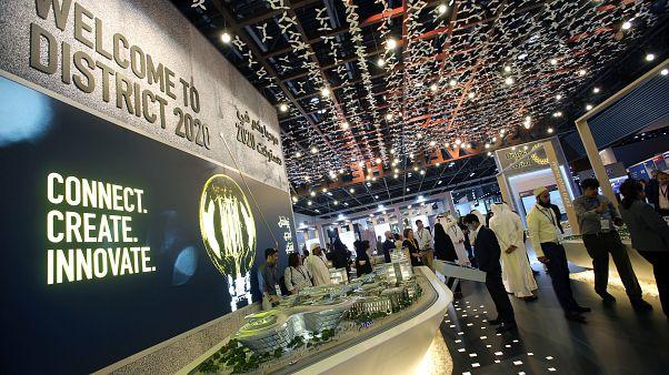 أشخاص يزورون معرض إكسبو دبي 2020 في سيتي سكيب العالمي في الإمارات العربية المتحدة  11 سبتمبر 2017