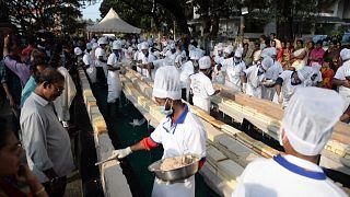 شاهد: خبازون هنود يصنعون أطول كعكة في العالم