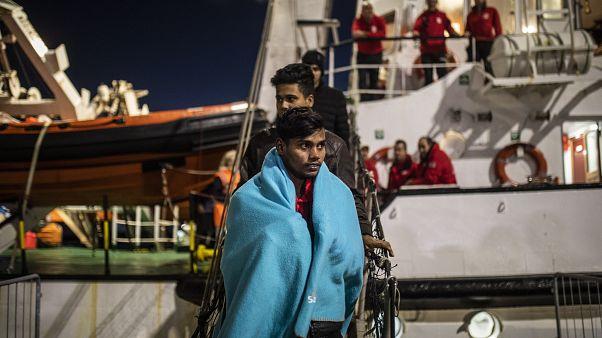 Migrantes de Bangladesh desembarcan del buque de rescate Open Arms en el puerto de Messina después de ser rescatados el viernes frente a la costa de Libia, en Sicilia, Italia