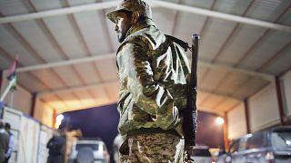 عسكري ليبي يقف حارسًا عند مدخل بلدة ، على بعد 110 كيلومترات من سرت، ليبيا