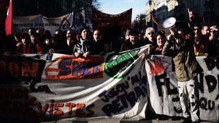 النقابات تتظاهر من جديد بفرنسا في خطوة لإعادة التعبئة قبل عرض قانون أنظمة التقاعد
