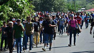 کاروان جدید مهاجران هندوراسی در پی عبور از گواتمالا  و رسیدن به آمریکا