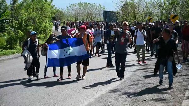 مهاجران هندوراسی پای پیاده بهسوی مرز آمریکا میروند