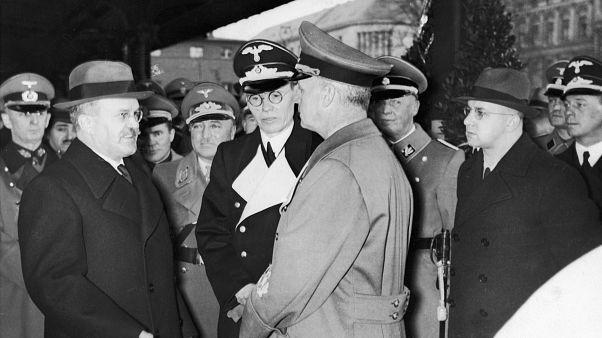 SSCB Dışişleri Komiseri  Vyacheslav Mikhailovich Molotov, Nazi Almanyası Dışişleri Bakanı Joachim von Ribbentrop ile sohbet ederken (1940)