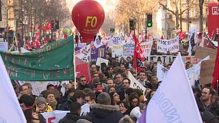 Miles de franceses marchan por sexta vez de forma masiva contra la reforma de las pensiones