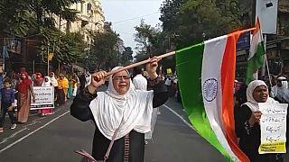 متظاهرة هندية ترفع العلم الهندي خلال مسيرة احتجاجية في كولكاتا