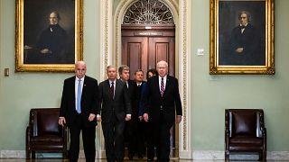 El presidente de la Corte Suprema John Roberts es escoltado por varios senadores hasta el pleno de la Cámara Alta, Washington, Estados Unidos, el 16 de enero de 2020.