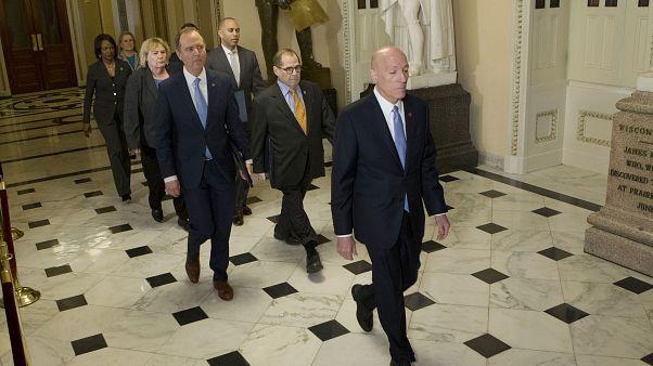 رئيس لجنة الاستخبارات في مجلس النواب آدم شيف ورئيس لجنة القضاء في مجلس النواب جيرولد نادلر  ونواب آخرين  في طريقهم إلى مجلس الشيوخ،  واشنطن 16 يناير 2020