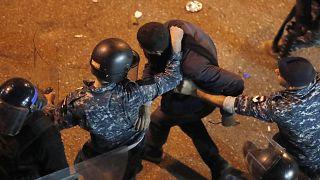 شرطة مكافحة الشغب تعتقل متظاهراً خارج مقر الشرطة يطالب بالإفراج عن المحتجزين  15 يناير 2020.