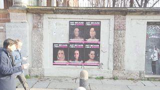 Merkel mit blauen Flecken im Gesicht: Anti-Gewalt-Kunst in Mailand