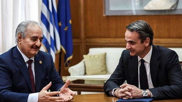 رئيس الوزراء اليوناني كيرياكوس ميتسوتاكيس رفقة المشير خليفة حفتر