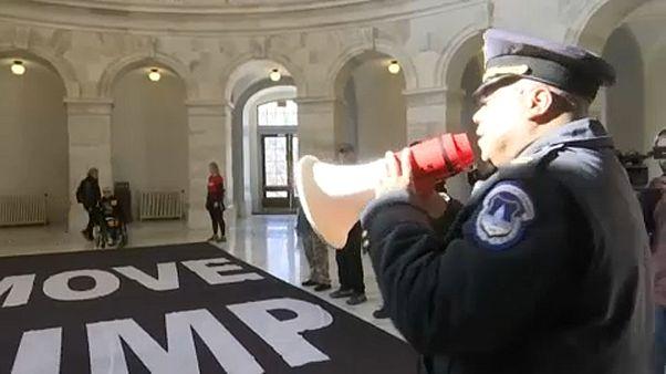Egy rendőr távozásra szólítja fel a tüntetőket a washingtoni szenátus épületében