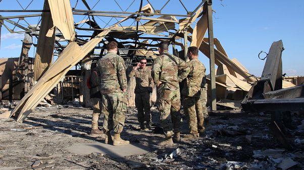 ABD'nin Irak'taki askeri üssünde görevli askerler, saldırı sonrası oluşan enkazı kaldırıyor
