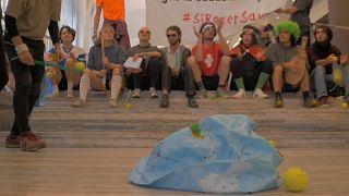 Περιβαλλοντικοί ακτιβιστές εναντίον τράπεζας και κατά του Ρότζερ Φέντερερ