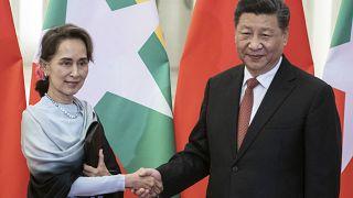الرئيس الصيني شي جينبينغ وزعيمة ميانمار أونغ سان سو تشي