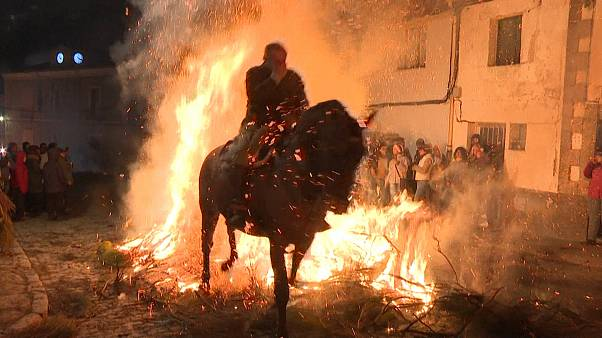 تطهیر آئینی روح اسبها با آتش در اسپانیا