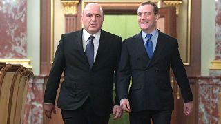 Новый и бывший премьер-министры России Михаил Миушстин и Дмитрий Медведев