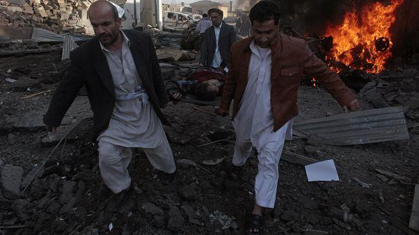 Afganistan'ın başkenti Kabil'de düzenlenen bir intihar saldırısında yaralanan siviller ambulansa taşınırken (arşiv)