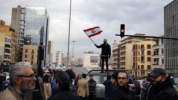 متظاهرون لبنانيون يقطعون طريقا رئيسيا في بيروت باستخدام سيارات