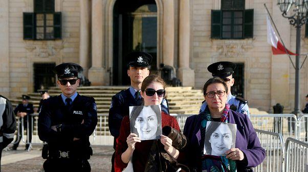أفراد من عائلة الصحفية دافني كاروانا غاليزيا  وهن يحملن صورتها خلال احتجاج خارج مكتب رئيس الوزراء في في فاليتا، مالطا 2019