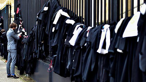 وکلای فرانسوی در اعتراض به اصلاح نظام بازنشستگی جامه سیاه خود را درآوردند