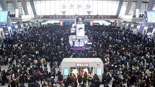 ركاب ينتظرون قطاراتهم في محطة سكة حديد هانغتشو شرق الصين/2020