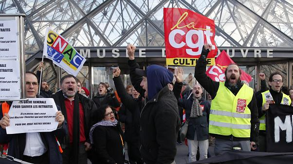شاهد: عمال مضربون يغلقون متحف اللوفر في باريس