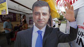 2018 seçimleri öncesinde bir HDP standında Selahattin Demirtaş'ın karton maketi