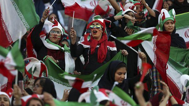 İran'ın başkenti Tahran'da futbol maçı izleyen kadın taraftarlar, 10 Ekim 2019
