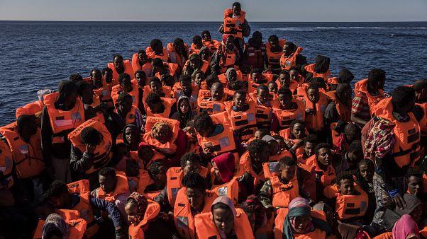 صورة خلال عملية إنقاذ لمهاجرين غير شرعيين قدموا من السواحل الليبية في قارب خشبي متوجهين نحو السواحل الأوروبية