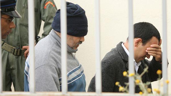 متهمين بتشكيل خلية إرهابية تحت قيادة عبد القادر بلعيرج خلال وصولهما لمحكمة في الرباط عام 2008