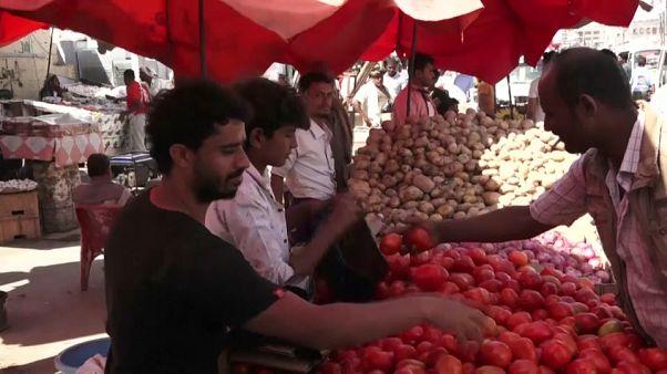 يمنيون في سوق الخضر في عدن